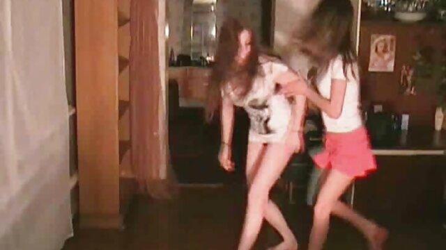 Porno gratis sin registro  Linda jovencita le encanta hacer sexo en español latino mamada, montar pollas y ponerse dura al estilo perrito